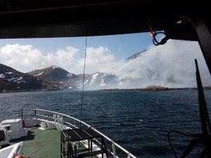 Brann på Hjelmsøya slukket av regnvær