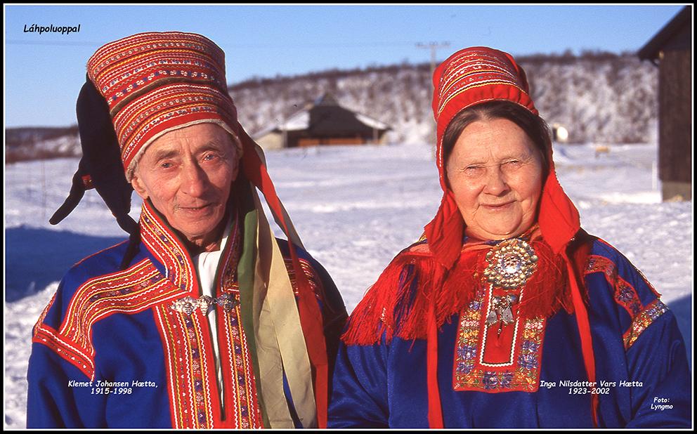 (FOTO-MINNER): Finnmarkshilsen bringer i dag noen av Olav Berg Lyngmos bilder fra Láhpoluoppal. Bildene er tatt i forbindelse med kirkegang og 25-årsjubileum for kirken i 1992. På bildet er Klemet Johansen Hætta (1915-1998) og Inga Nilasdatter Vars Hætta (1923-2002) i Láhpoluoppal (Foto: Olav Berg Lyngmo)