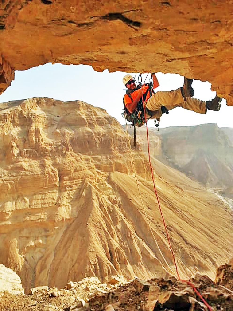 Det er en krevende oppgave å gjennomsøke huler i ørkenfjellene for å finne arkeologiske skatter før tyvene tar dem.  (Foto: Eitan Klein, Shai Halevi, IAA)