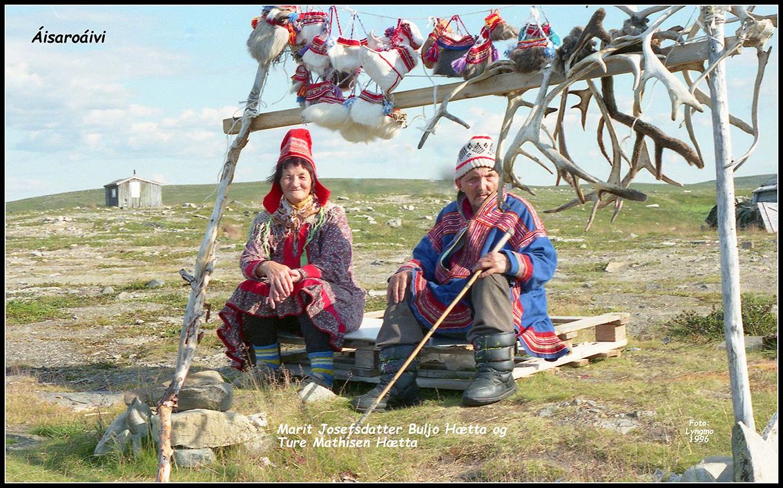 Marit Josefsdatter Buljo Hætta og Ture Hætta med suvenirer på Aisaroáivi på Sennalandet. Det var en viktig inntektskilde for samer fra Kautokeino som hadde sitt sommerbeite der. Bildet er tatt i 1996. (Foto: Olav Berg Lyngmo)