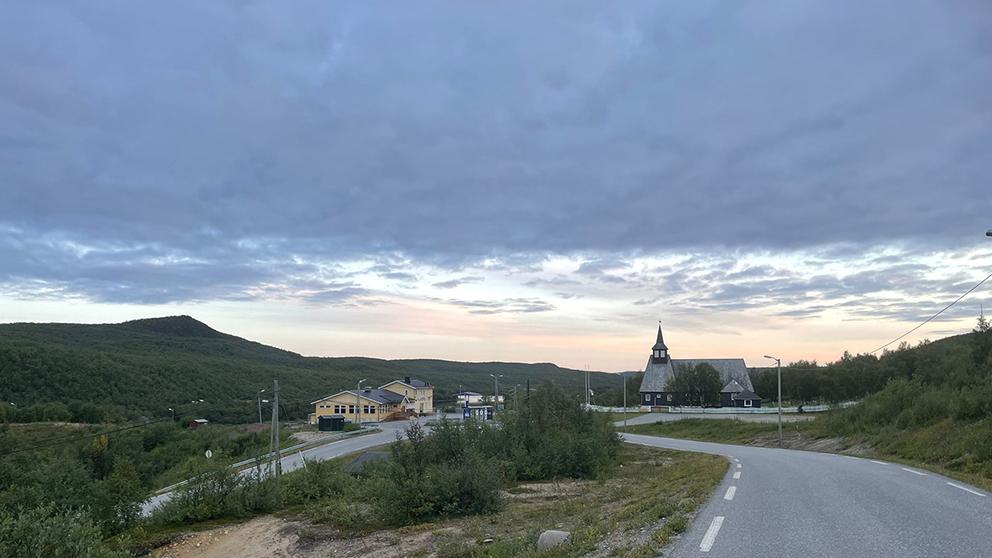 Kirken i Masi ble bygget i 1965. Staten ville legge bygda under vann med vannstand over kirketårnet. (Foto: Are Turi)